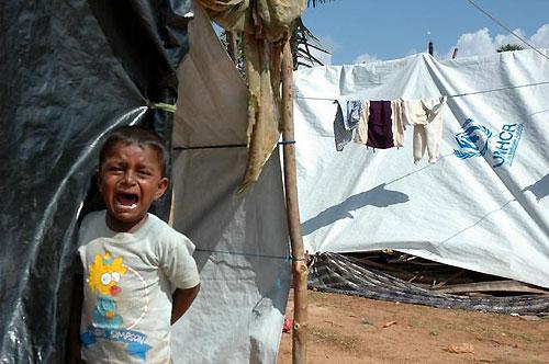 泣きながらテントから出てきた男の子。サリ村避難所で