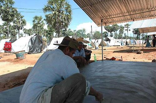 仮設住宅の建設が進むサリ村避難所(撮影:いずれも筆者)