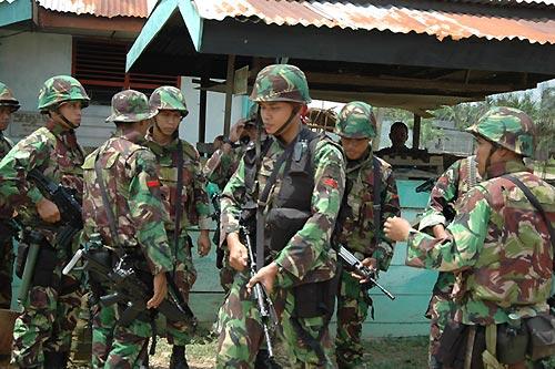 国軍兵士たちが手にする国産「SS-1自動小銃」(撮影:筆者)