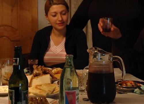 民宿でも自家製ワインが食卓を彩る。右手前のピッチャー(写真:すべて筆者撮影)