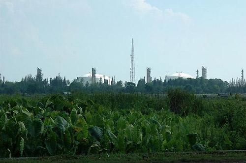 田園の中に突如、巨大なガスタンクが現れる(アチェ州アルン地区。撮影:筆者)