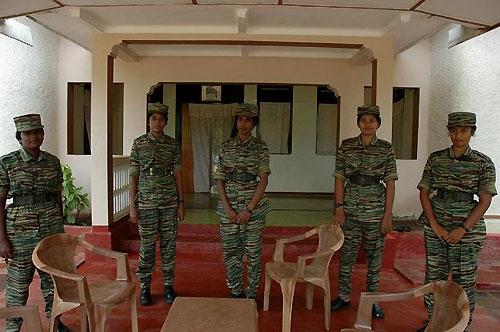 メディア向けなのだろうか。現れた女性ゲリラ兵士たちは、皆スタイルが良く精悍だった(撮影:筆者)