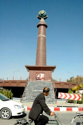 マスード記念塔。カブール国際空港そば(撮影:いずれも筆者)