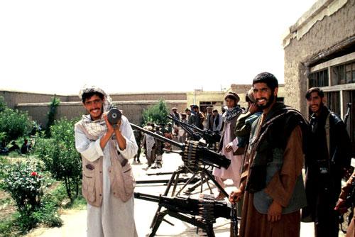 異教徒の侵略に怒るムジャヒディ−ン。(2002年撮影)