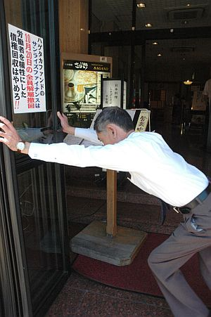 ランチタイムに料理店の扉を開ける富田支配人(京品ホテル)